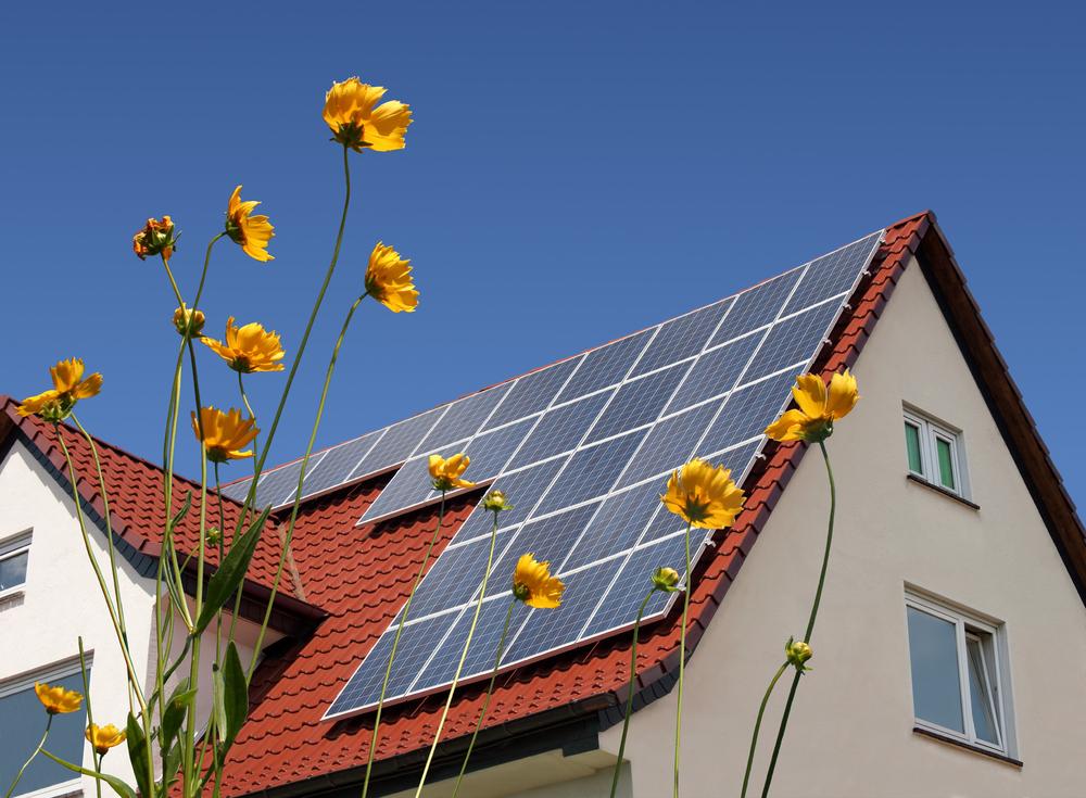 Solceller på husen för energiomställning. Die Energiewende.